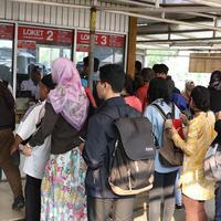 Buntut dari sistem tiket KRL yang berubah, para penumpang harus rela mengantre untuk masuk stasiun. (Foto: Liputan6.com/Immanuel Antonious)