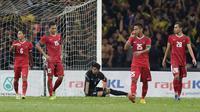 Para pemain timnas indonesia tampak lesu usai dikalahkan Malaysia pada laga semifinal Sea Games 2017 di Stadion Shah Alam, Selangor, Sabtu (26/8/2017). Malaysia menang 1-0 atas Indonesia. (Bola.com/Vitalis Yogi Trisna)
