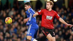Pemain Chelsea, Diego Costa (kiri) dan pemain West Bromwich Albion, Craig Dawson berebut bola pada lanjutan Liga Premier Inggris di Stadion Stamford Bridge, Chelsea, Kamis (14/1/2016) dini hari WIB. (EPA/Sean Dempsey)