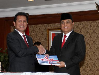Mantan Menteri Pendayagunaan Aparatur Negara dan Reformasi Birokrasi (PANRB) Asman Abnur dan MenPAN RB yang baru Komjend Pol Syafruddin berpose bersama saat sertijab di Kantor Kementerian PANRB, Jakarta, Rabu (15/8). (Liputan6.com/Fery Pradolo)