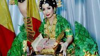 Pernikahan dini di Bombana, Sulawesi Tenggara. Fika Alvira (14) memperlihatkan maharnya usai akad nikah. (Foto: Istimewa/Liputan6/Ahmad Akbar Fua)