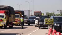 Satgas Covid-19 Pemalang mengintensifkan penyekatan di Exit Tol Gandulan, Pemalang. (Foto: Liputan6.com/Humas Polres Pemalang)