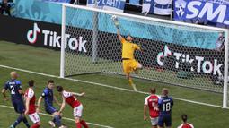 Lukas Hradecky terus membendung gempuran dari para pemain Denmark. Giliran sundulan Pierre-Emile Hojbjerg yang mampu dimentahkannya pada menit ke-15. (Foto: Wolfgang Rattay/Pool)