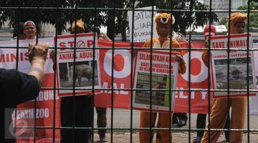 Sejumlah aktivis melakukan aksi di depan Kantor Kementerian Lingkungan Hidup dan Kehutanan, Jakarta, Senin (8/8). Mereka menganggap kebun binatang dan taman safari di Indonesia terlalu banyak mengeksploitasi satwa. (Liputan6.com/Helmi Fithriansyah)