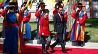 Presiden RI, Joko Widodo berjalan bersama Presiden Korea Selatan Park Geun-hye di Blue House, Korea Selatan (16/5). Jokowi dan Presiden Park melakukan pertemuan bilateral, termasuk untuk membahas 7 nota kesepahaman. (AFP PHOTO/KIM HONG-JI)