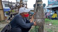 Penampakan sebuah patok kayu di Jatibarang Kabupaten Indramayu pemberian Presiden Soekarno. Foto (Ist)
