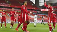Para pemain Liverpool merayakan gol yang dicetak oleh Virgil van Dijk ke gawang Leeds United pada laga Premier League di Stadion Anfield, Minggu (13/9/2020). Liverpool menang dengan skor 4-3. (Paul Ellis, Pool via AP)