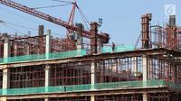 Pekerja menyelesaikan pembangunan gedung bertingkat di Jakarta, Senin (7/5). Pertumbuhan ekonomi kuartal 1 2018 tersebut lebih baik dibandingkan pertumbuhan ekonomi pada periode sama dalam tiga tahun terakhir.  (Liputan6.com/Immanuel Antonius)
