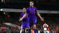 Gelandang Liverpool, James Milner, merayakan gol yang dicetaknya ke gawang Arsenal pada laga Premier League di Stadion Emirates, London, Minggu (3/11). Kedua klub bermain imbang 1-1. (AFP/Ian Kington)