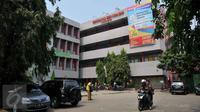 Mahasiswa mengendarai sepeda motornya usai beraktivitas di kampus Unversitas Ibnu Chaldun Jakarta, Selasa (6/10). Kementerian Riset, Teknologi, dan Pendidikan Tinggi telah membekukan 243 kampus termasuk 22 kampus di Jakarta. (Liputan6.com/Gempur M Surya)