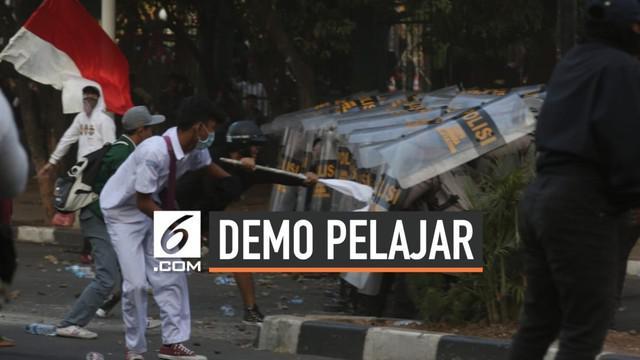Demonstran menutup Jalan Tentara Pelajar, Jakarta. Mereka berniat menuju pintu belakang Gedung DPR, Jalan Gelora 1, Palmerah, Jakarta Pusat. Namun, polisi menahan mereka dengan menutup perempatan Jalan Tentara Pelajar dan Jalan Gelora 1.