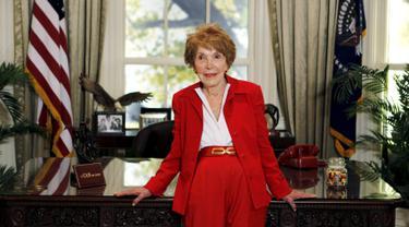 Mantan Ibu Negara AS, Nancy Reagan saat menunggu calon presiden dari Partai Republik di Perpustakaan Presiden Ronald Reagan di California, 7 September 2011. Nancy meninggal dunia pada usia 94 tahun setelah mengalami gagal jantung. (REUTERS/Chris Carlson)