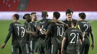 Para pemain Manchester United merayakan gol yang dicetak Marcus Rashford ke gawang Granada pada leg pertama perempat final Liga Europa, Jumat (9/4/2021). (CRISTINA QUICLER / AFP)