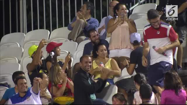 Kisah unik pria lamar kekasih di tengah pertandingan tenis.