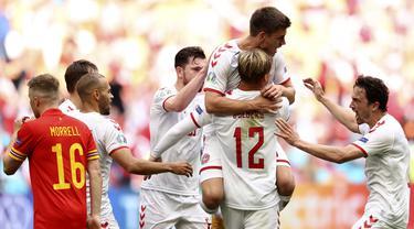Denmark menghancurkan semifinalis Euro 2016, Wales dengan skor telak 4-0 dalam laga babak 16 Besar Euro 2020 (Euro 2021) di Johan Cruyff ArenA, Amsterdam, Sabtu (26/6/2021) malam WIB. Di 8 Besar, Denmark akan menantang pemenang Belanda kontra Republik Ceska. (Foto: AP/Pool/Dean Mouhtaropoulos)