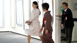 Putri sulung Pangeran Akishino, Putri Mako saat menghadiri pameran kaligrafi di  Tokyo, Jepang (9/2). Penundaan pernikahan Putri Mako itu dilakukan karena kurangnya waktu untuk mempersiapkan pernikahan tersebut. (AFP Photo/Pool/Toru Yamanaka)