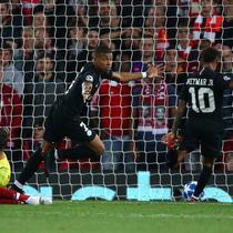 Striker Paris Saint-Germain (PSG), Kylian Mbappe (tengah) mencetak gol ke gawang Liverpool saat bertanding di Liga Champions di Anfield, Liverpool, Inggris, Selasa (18/9). Liverpool membungkam PSG 3-2. (AP Photo/Dave Thompson)