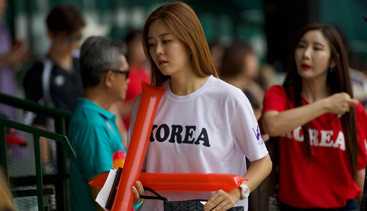 Antusias suporter cantik Korea saat mendukung tim Baseball Korea melawan tim Baseball Hong Kong pada penyisihan Baseball Asian Games 2018 di Lapangan Baseball Senayan, Jakarta (28/8). (ANTARA FOTO/INASGOC/Nick Hanoatubun/MTG/18)