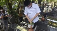 Menko Perekonomian Airlangga Hartarto menyempatkan diri berziarah ke Komplek Pemakaman Astana Oetara, Surakarta. (Ist)