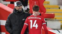 Jordan Henderson. Kapten Liverpool ini masih bernegosiasi mengenai perpanjangan kontraknya bersama The Reds. Manajer tim Jurgen Klopp menyampaikan titik terang perpanjangan kontrak selama 3 tahun anak asuhnya tersebut sebelum laga perdana musim ini melawan Norwich City. (Foto: AFP/Pool/Paul Ellis)