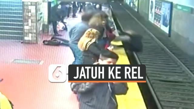 Sebuah video penyelamatan seorang wanita yang terjatuh di rel kereta. Penumpang lain berusaha menghentikan laju kereta saat wanita itu tidak kunjung bergerak menjauhi rel.