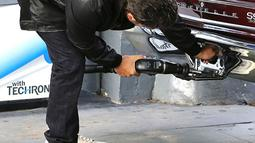 Entah sengaja atau tidak, celana yang dikenakan Ben Affleck kedodoran hingga memperlihatkan bagian atas dari bokongnya  Senin (28/07/2014) (Dailymail)