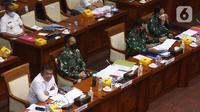 Wamenhan RI M. Herindra (kiri) bersama KSAD Jenderal TNI Andika Perkasa (kedua kiri) saat rapat dengar pendapat (RDP) dengan Komisi I DPR RI di Kompleks Parlemen, Jakarta, Senin (31/5/2021). RDP membahas Perkembangan MEF Tahap III Tahun 2020-2024. (Liputan6.com/Angga Yuniar)