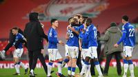 Para pemain Everton saat merayakan kemenangan atas Liverpool di Anfield pada laga pekan ke-25 Premier League, Minggu (21/2/2021) dini hari WIB. Everton menang 2-0 atas Liverpool dalam laga derbi Merseyside itu. (PAUL ELLIS / POOL / AFP)