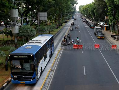 Suasana akses jalan menuju Istana Negara, Jakarta, Senin (14/10/2019). Hingga sore hari, polisi masih menutup jalan dikarenakan isu adanya demo mahasiswa yang akan berlangsung hari ini. (Liputan6.com/JohanTallo)