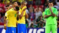 Bek Brasil, Miranda (tengah) dan rekan setimnya, Neymar (kiri) terlihat kecewa setelah kalah dari Belgia pada laga perempat final Piala Dunia 2018 di Stadion Kazan Arena, Jumat (6/7). Timnas Brasil takluk 1-2 di tangan timnas Belgia. (Luis Acosta/AFP)