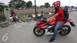 Pengendara motor menunggu giliran melintas untuk menyeberangi KBB di kawasan Tanah Abang, Jakarta, Jumat (30/12). Tidak tersedianya fasilitas penyeberangan lain membuat warga serta pengendara harus berbagi jalan. (Liputan6.com/Immanuel Antonius)
