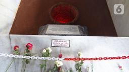 Bunga terlihat pada diorama Lubang Buaya di Monumen Pancasila Sakti, Lubang Buaya, Jakarta Timur, Jumat (1/10/2021). Monumen Pancasila Sakti menjadi salah satu tempat untuk mengenang jasa pahlawan pada Hari Kesaktian Pancasila berkaitan dengan peristiwa G30S. (Liputan6.com/Herman Zakharia)