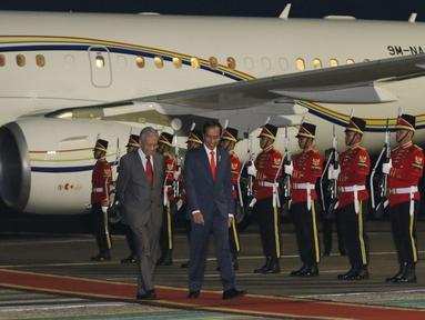 Presiden Joko Widodo menyambut PM Malaysia Mahathir Mohamad di Bandara Halim Perdanakusuma, Jakarta, Kamis (28/6). Dalam kunjungannya ke Jakarta,  Mahathir ditemani sang istri, Siti Hasmah Mohd Ali. (Liputan6.com/Angga Yuniar)