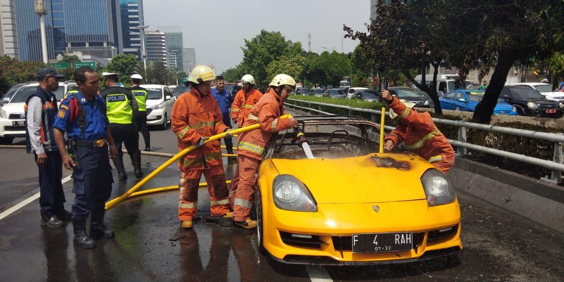 Mobil sport terbakar