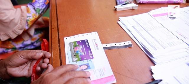 Gubernur DKI Jakarta Anies Baswedan bagikan 321 Kartu Lansia Jakarta di Kelurahan Tanah Tinggi, Johar Baru, Jakarta Pusat. Pemprov DKI menargetkan 12.141 kartu terdistribusikan akhir tahun ini.