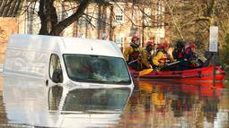 Sebuah kendaraan terlihat terendam banjir di wilayah York, Inggris utara, Minggu (27/12). Pada Sabtu (5/12). lalu Badai Desmond telah menerjang Inggris yang mengakibatkan ribuan rumah terendam air. (REUTERS/Phil Noble)