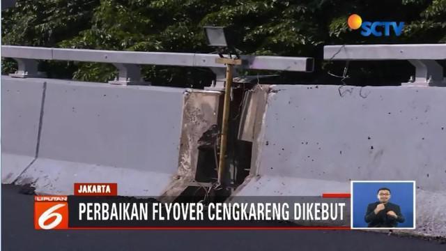 Retakan yang sempat terlihat di flyover Cengkareng mulai diperbaiki dan diganti dengan bantalan karet jalan.
