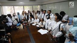 Pengacara Elza Syarief bersama Komunitas Kesehatan Peduli Bangsa memberi keterangan pers terkait meninggalnya petugas KPPS, Panwaslu, dan polisi saat Pemilu 2019, Jakarta, Kamis (9/5/2019). Puluhan dokter spesialis tersebut berasal dari berbagai institusi kesehatan. (Liputan6.com/Herman Zakharia)
