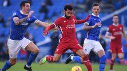 Gelandang Liverpool, Mohamed Salah, berusaha melepaskan tendangan saat menghadapi Brighton pada laga lanjutan Liga Inggris di Stadion American Express, Sabtu (28/11/2020) malam WIB. Liverpool bermain imbang 1-1 menghadapi Brighton. (AFP/Neil Hall/pool)