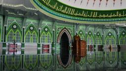 Orang-orang berdoa selama bulan Ramadan di masjid Al Munawarah di Jantho, provinsi Aceh (12/5/2020). Masjid Al Munawarah yang berdiri di pusat Kota Jantho, Kabupaten Aceh Besar dikelilingi oleh perbukitan Bukit Barisan. (AFP/Chaideer Mahyuddin)