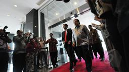 Presiden Joko Widodo didampingi Menkeu Bambang Brodjonegoro (kanan) tiba di kantor Pusat Ditjen Pajak Jakarta, Kamis (19/3). Presiden melaporkan surat pemberitahuan (SPT) pajak tahun 2014 dengan menggunakan sistem e-filling. (Liputan6.com/Faizal Fanani)