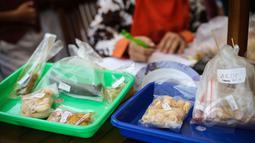 Petugas BPOM mengambil sampel sejumlah jajanan saat melakukan sidak untuk mengetahui kandungan makanan berbahaya pada jajanan anak-anak di SDN 15 Rawamangun, Jakarta, Senin (13/4/2015). (Liutan6.com/Faizal Fanani)