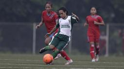 Gelandang Sumatera Utara, Sila Hisage, menggiring bola saat melawan Bangka Belitung pada laga Piala Pertiwi 2019 di Lapangan NYTC, Sawangan, Rabu (24/4). Babel unggul 5-0 atas Sumut. (Bola.com/Yoppy Renato)