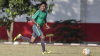 Gelandang Timnas Indonesia U-16, Mochammad Supriadi, menggiring bola saat melawan Kabomania U-17 pada laga uji coba di Stadion Atang Sutresna, Jakarta Timur, Jumat (8/9/2017). Timnas U-16 menang 6-1 atas Kabomania U-17. (Bola.com/Vitalis Yogi Trisna)