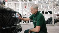 Jose Mourinho di pabrik Jaguar (Foto:Carscoops)